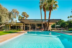 Along with Frank Sinatra's Movie Colony home, the Koerner house in Palms Springs is one of a handful of private residences designed by the great mid-century modern architect E. Stewart Williams, who seldom took commissions of this sort. Bungalow, Spring Architecture, Museum Architecture, Palm Springs Mid Century Modern, Contemporary Style Homes, Modern Homes, Modern Architects, California Homes, Mid Century House