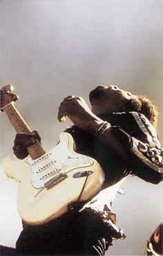 """"""" Jimi Hendrix, Maui, Hawaii, 1970, unattributed """" Siga o nosso blog Mundo de Músicas em http://mundodemusicas.com/aulas-de-musica/"""