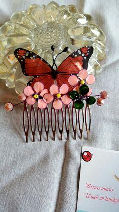 MARIPOSAS  Peinecillos unicos hechos con resina y flores con laca de uñas. https://www.facebook.com/nenaartesania/
