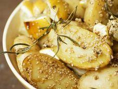 Gebackene Kartoffeln mit Sesam, Zitrone und Rosmarin Rezept | EAT SMARTER
