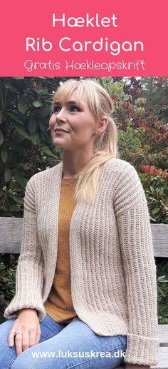 Denne lækre og bløde cardigan er hæklet i 100 % alpaca, og er nem og hurtig at hækle. Finde den gratis opskrift på www.luksuskrea.dk #hækletcardigan #hækletsweater #hæklettøj #halvestangmasker #hækletvintertøj #ideertilhækling #hæklettilkvinder #gratishækleopskrifter #hækleopskrifter #crochetcardigan #crochetribcardigan #crochetsweater #halfdoublecrochet