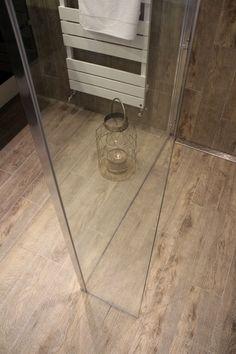 Badkamer met Keramisch parket als Badkamervloer en aan de wand. Tile Floor, Flooring, Bathroom, Washroom, Bathrooms, Tile Flooring, Wood Flooring, Bath, Floor