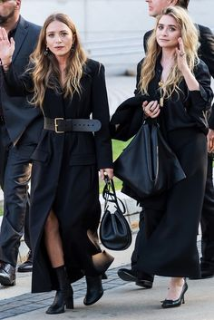 If Mary-Kate and Ashley Olsen are your forever fashion muses, shop this capsule wardrobe of pieces they always wear. Mary Kate Ashley, Mary Kate Olsen, Elizabeth Olsen, Ashley Olsen Style, Olsen Twins Style, Ashley Olsen Hair, Olsen Fashion, Fashion Business, Celebrity Style Casual