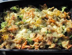 Für den Brokkoliauflauf das Backrohr auf 180 °C Ober- und Unterhitze vorheizen. Brokkoli auftauen und große Stücke kleiner schneiden. Knoblauch