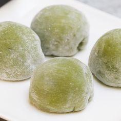 Fun Baking Recipes, Sweet Recipes, Dessert Recipes, Cooking Recipes, Japanese Mochi Recipe, Japanese Treats, Japanese Drinks, Green Tea Mochi, Mochi Ice Cream