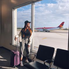 (Link na bio) Airport Photos, Airport Look, Airport Style, Travel Pictures, Travel Photos, Photography Poses, Travel Photography, Foto Casual, Foto Pose