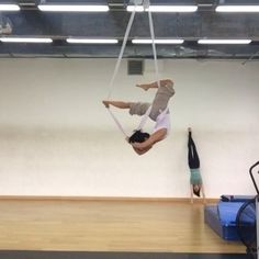Mega strength but good lion spin into a cross back and awesome arrow pose Hammock Netting, Yoga Hammock, Aerial Hammock, Aerial Dance, Aerial Yoga, Arial Silks, Mermaid Pose, Aerial Arts, Yoga Poses