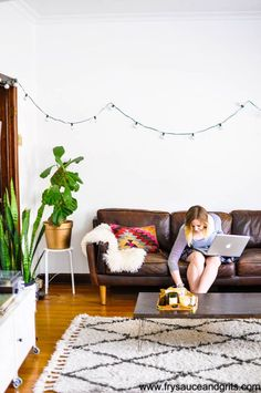 A beautifully decorated apartment is possible, even on a tight budget. This gorgeous, minimalist living room is filled with unique details and one-of-a-kind decor items from local thrift stores bursting with earthy, Bohemian vibes.