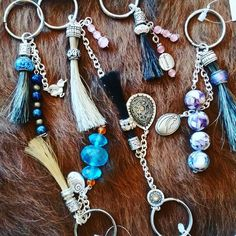 I love the extra beading and chain additions to these pieces. I think it's time to create a few of these! Horse Hair Bracelet, Horse Hair Jewelry, Boot Jewelry, Beaded Bracelet Patterns, Beaded Bracelets, Hair Keepsake, Horse Accessories, Horse Crafts, Hair Creations