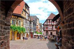 #Riquewihr, o χρόνος έχει σταματήσει στο 16ο αιώνα για το αλσακικό χωριό της βορειοανατολικής Γαλλίας. Μεσαιωνικά κάστρα, ξύλινα σπιτάκια με χρωματιστές προσόψεις, στενά πλακόστρωτα και εκλεκτό κρασί με κορυφαίο το αρωματικό Riesling. Επισκεφθείτε και την Boutique Mélodie de la Vie, με τα κομψά διακοσμητικά.
