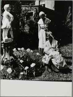 Zaandijk Oud Zaanse klederdracht. In de Beeldentuin. Meulen, Cees van der Wormerveer. Zaans Archief #NoordHolland #Zaanstreek