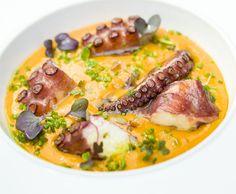 Este plato de pulpo, traido desde Galicia, lo ponen este fin de semana en el restaurante Sopranis de Cádiz. Está asado y lo que lo rodea es una crema de patatas con yuca y un poquito de pimentón. Abre la lista de cosas a probar este fin de semane en Cosasdecome. Aquí la lista completa con más de 30 propuestas: http://www.cosasdecome.es/a-la-carta/tapas-y-platos-para-disfrutar-este-fin-de-semana/