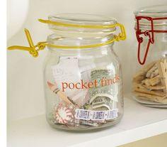 Mantenga un frasco de bolsillo encuentra. | 31 Ingenious Ways To Make Doing Laundry Easier
