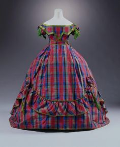 Robe à transformation ca. 1866 From the Museum für Angewandte Kunst Köln via… Vintage Outfits, Vintage Gowns, Antique Clothing, Historical Clothing, Victorian Fashion, Vintage Fashion, French Fashion, Ugly Dresses, Victorian Costume