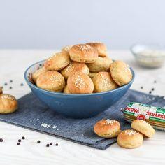 Vegánske škvarkové pagáčiky | Lunter.com Pretzel Bites, Hamburger, Bread, Vegan, Catering Ideas, Recipes, Food, Inspirational, Rezepte