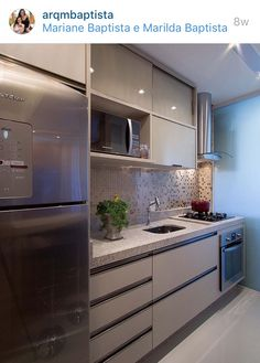10 Designs Perfect for Your Small Kitchen - Site Home Design Kitchen Interior, New Kitchen, Interior Design Living Room, Kitchen Dining, Kitchen Decor, Grey Kitchen Cabinets, Home Kitchens, Sweet Home, House Design