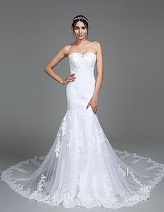 Loving the combination of sweetheart neckline with trumpet train. Plus, the tulle textile adds such a special touch to this wedding dress! Like it? Click for more details!