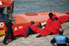 Rescatados en el Estrecho 125 inmigrantes que iban en pateras tabla de surf y kayak