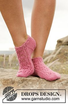 """- Camellia Rose / DROPS Extra – Kostenlose Strickanleitungen von DROPS Design Knitted DROPS ankle socks in """"Fabel"""" with lace pattern. 35 – Free patterns by DROPS Design. Lace Patterns, Knitting Patterns Free, Free Knitting, Knitting Socks, Free Pattern, Crochet Patterns, Knitted Slippers, Slipper Socks, Crochet Slippers"""