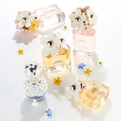 Daisy perfume stays true to the designer's sophisticated, fresh and flirty style. Ultra-feminine and Marc Jacobs Daisy Perfume, Dolce E Gabbana, Best Perfume, Perfume Collection, New Fragrances, Smell Good, Designer, Perfume Bottles, Vanilla