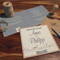 Einladung mit Kraftpapierlook und handmade Skyline. Passend dazu die Umschläge und der Stempel.