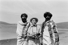 Alfred Eisenstaedt poses with two unidentified local men while on assignment for LIFE in India in (Alfred Eisenstaedt—Time & Life Pictures/Getty Images) Marilyn Monroe And Jfk, Mia Farrow, Richard Avedon, Photo Story, Life Pictures, Life Magazine, Photojournalism, Famous Faces, Poses