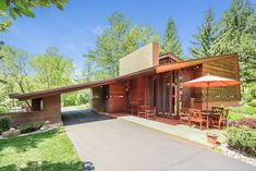 The Usonian-style Frank Lloyd Wright Sondern-Adler House in Kansas City, Missouri, is going to be sold in a no-reserve auction this month. Casas De Frank Lloyd Wright, Frank Loyd Wright Houses, Frank Lloyd Wright Style, Contemporary Architecture, Architecture Design, Contemporary Houses, Sustainable Architecture, Residential Architecture, Harvard Architecture