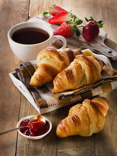 Fresh croissants with coffee cup for a breakfast Good Morning Breakfast, Good Morning Coffee, Sunday Coffee, Perfect Breakfast, Coffee Cafe, Breakfast Time, Coffee Break, Café Chocolate, Strawberry Tea