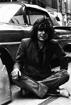 Syd era un cantastorie con il gusto dell'assurdo, e la sua psichedelia era la stessa di Lewis Carroll... Le prime canzoni dei Pink Floyd sono nate così: lui canticchiava ossessivamente frasi senza senso, per giorni interi alle volte, finché Roger o Rick, rintronati da quell'ecolalia demenziale, dovevano ricavarne una canzone. Michele Mari