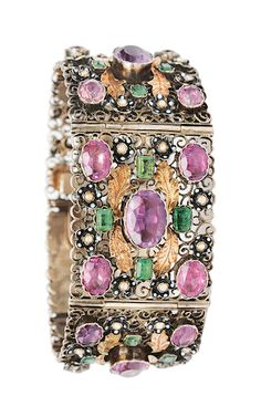 A bracelet in renaissance-style German, c. 1860/80. Silver. Filigrane worked bracelet with 25 oval, faceted cut amethysts, 18 emeralds in emerald cut, 40 cultured pearls in enamel flowers and 19 gilded foliage applications. Stones verso covered.