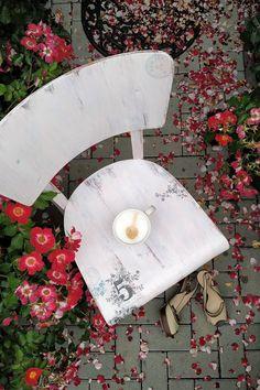 Spatřuji ve starém nábytku krásu. Tuhle židli by leckdo vyhodil. Já se jí věnovala. S láskou.