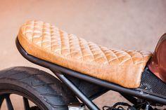 Algumas semanas atrás conheci o Marcos pelo Instagram. Ele tem um CB 500F Cafe Racer o que achei interessante, pois geralmente vemos projetos como esses em motos mais antigas. Combinamos um ride para fazer algumas fotos da moto. Para terem uma idéia da moto original, segue uma foto para referência: E a moto customizada: Pedi ao…