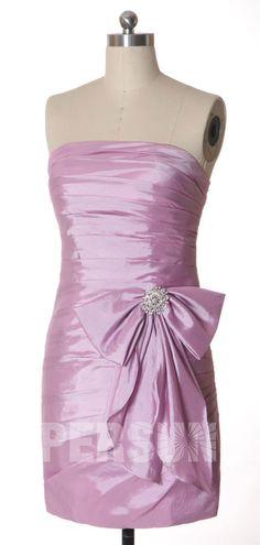 Robe de cocktail courte lilas moulante drapé bustier droit ornée de noeud papillon romantique
