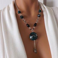 Collier élégant noir et vert, perle au motif tourbillon : Collier par vilicreation