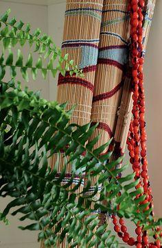 Peças indígenas trançadas de palha e bambu têm espaço na estante projetada pelo arquiteto Sidney Quintela, como a esteira e o colar de sementes de olho-de-cabra