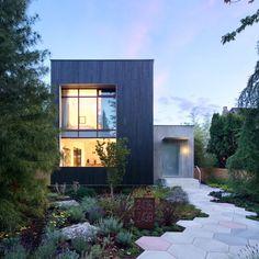 Rough House by Measured Architecture 레인웨이 하우스 딸린 밴쿠버 주택 녹화된 지붕과 수직 정원이 ...