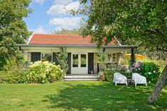 Deze gezellige cottage in het Limburgse heuvelland, ligt middenin een groene landelijke tuin. Kom heerlijk tot rust op de houten veranda en geniet van het uitzicht over het heuvelland of op het zonnige terras van het geluid van mekkerende lammetjes. Voor de deur beginnen routes om te wandelen en te fietsen. Maak een gezellig uitstapje naar Maastricht, Valkenburg (10 min), Aken of Luik (20 min). De cottage ligt landelijk in een klein en rustig dorpje, op 2-4 km van supermarkten en winkels.  Prefab Cottages, Exclusive Homes, R80, Bed And Breakfast, Bungalow, Netherlands, Holland, Tiny House, Places To Visit
