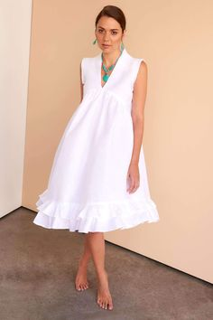 Wonderfully versatile white linen dress for both beach holidays and city soirees. Fácil Blanco is proudly designed and tailored in Dubai from Italian linen. Simple Dresses, Pretty Dresses, Beautiful Dresses, Casual Dresses, White Dress Casual, Formal Dresses, Women's Dresses, Fashion Dresses, Cotton Dresses