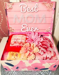 Best Mom Ever Gift Box. Inspring Gift for Mom. New Mom. by YouAreBeautifulBox on Etsy Happy 60th Birthday, Birthday Gifts For Her, Gifts For Mum, Love Gifts, Birthday Care Packages, Alternative Bouquet, Bride And Groom Gifts, Mom And Grandma, Custom Banners