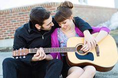 lui che insegna a lei a suonare la chitarra... teneri