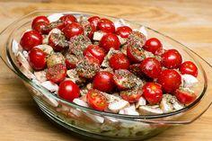 Das Ofengemüse wird in die Auflaufform geschichtet und mit vielen Kräutern gewürzt.