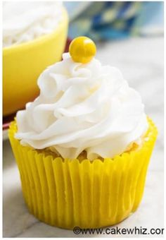 Quick and easy classic american buttercream frosting recipe, requiring 4 ingredients. It holds its shape. Great for cake decorating and cupcake decorating! Köstliche Desserts, Best Dessert Recipes, Cupcake Recipes, Cookie Recipes, Delicious Desserts, Cupcake Cakes, Party Cupcakes, Easter Cupcakes, Quick Recipes