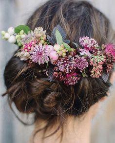 Fun florals by @flowerona  . . #bridalhair #weddinginspo #bridetobe #bohobride #flowercrown #freshflowers #floral