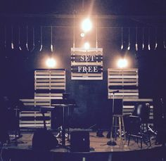 Pallet wood wall stage decorations and ideas. Pallet Wood, Wood Pallets, Youth Ministry Room, Stage Backdrops, Retreat Ideas, College Room, Stage Decorations, Stage Set, Cafe Bar