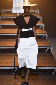 Jacquemus Spring 2017 Ready-to-Wear Fashion Show - Mayowa Nicholas (Elite) Fashion Week, Fashion 2017, Look Fashion, Runway Fashion, Seoul Fashion, Fashion Details, Paris Fashion, Fashion Outfits, Fashion Design
