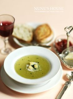 1:12th scale miniature bowl of soup, toast and wine from http://koapin.blog61.fc2.com/blog-date-201105-1.html