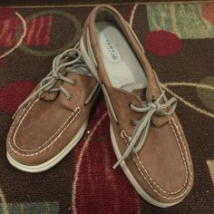 Speery Top- Sider . Size 8.5 Only used couple times. Has normal wear signs as seen in picture and reflected on price. Leather . Very comfy and never out of style. Check out rest of my closet. Thanks 😊😘 Sperry Top-Sider Shoes Flats & Loafers