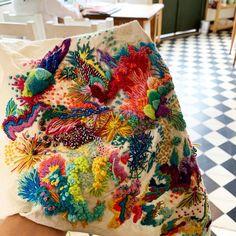 Bordados en la linda ciudad de Buenos Aires ♥️ mujeres maravillosas en mis clases que enseñan y aportan muchísimo ! Un regalo para el alma… Embroidery Fashion, Embroidery Hoop Art, Ribbon Embroidery, Embroidery Patterns, Weaving Art, Fabric Textures, Fabric Manipulation, Textile Art, Crafts To Make