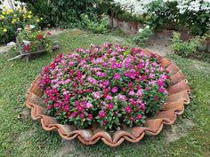 Amazing DIY garden decor with roof tiles – Garten ideen Garden Yard Ideas, Diy Garden Decor, Garden Projects, Garden Art, Outdoor Projects, Garden Decorations, Amazing Gardens, Beautiful Gardens, Jardin Decor