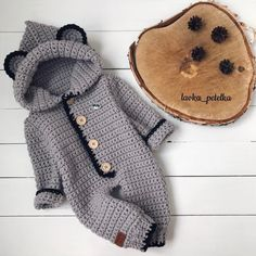 This Pin was discovered by Roc Crochet Baby Pants, Crochet Coat, Crochet Bebe, Crochet For Boys, Newborn Crochet, Crochet Clothes, Crochet Outfits, Crochet Applique Patterns Free, Baby Boy Knitting Patterns